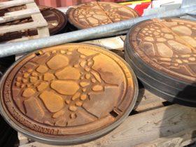 Udsmykkede dæksler fortæller om naturen i Skejby