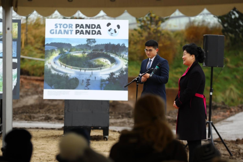 Kinas ambassadør Deng Ying holder tale