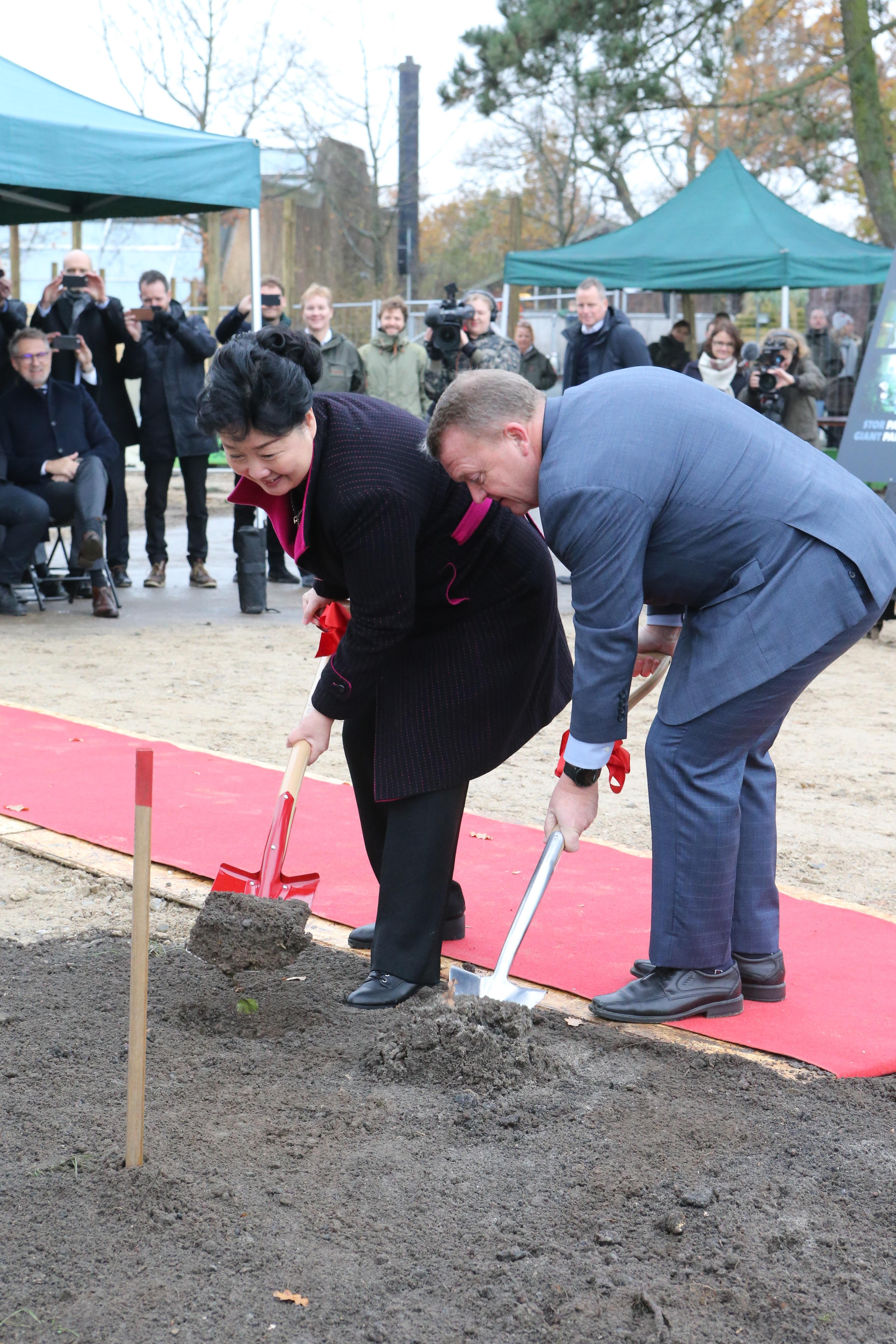 Statsminister Lars Løkke Rasmussen og Kinas ambassadør Deng Ying tager første spadestik